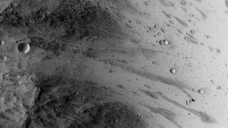 Rolling boulder on Mars (ESP_037190_1765)