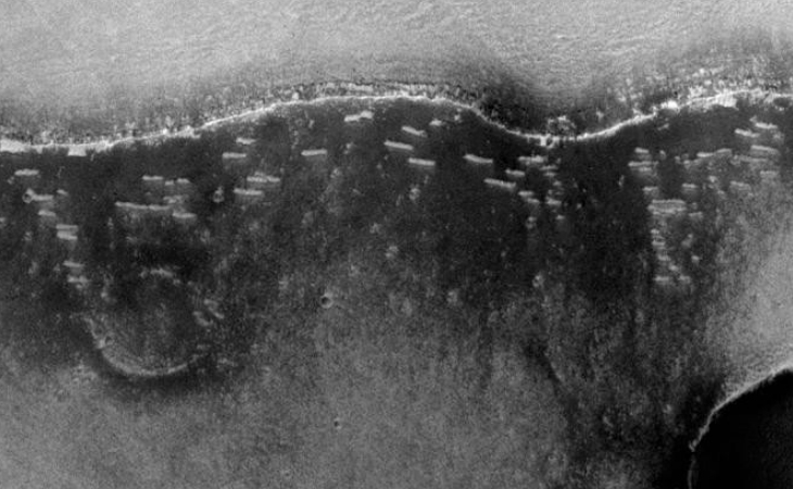 Clusters of cigar-shaped objects on Martian surface