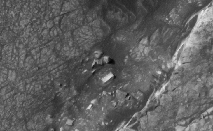 Giant megalith and broken stone artefacts on Mars