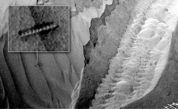 Worm or threaded artefact found in Martian sand